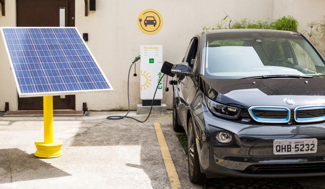No futuro, baterias de carro elétrico poderão armazenar energia dos painéis solares para a casa