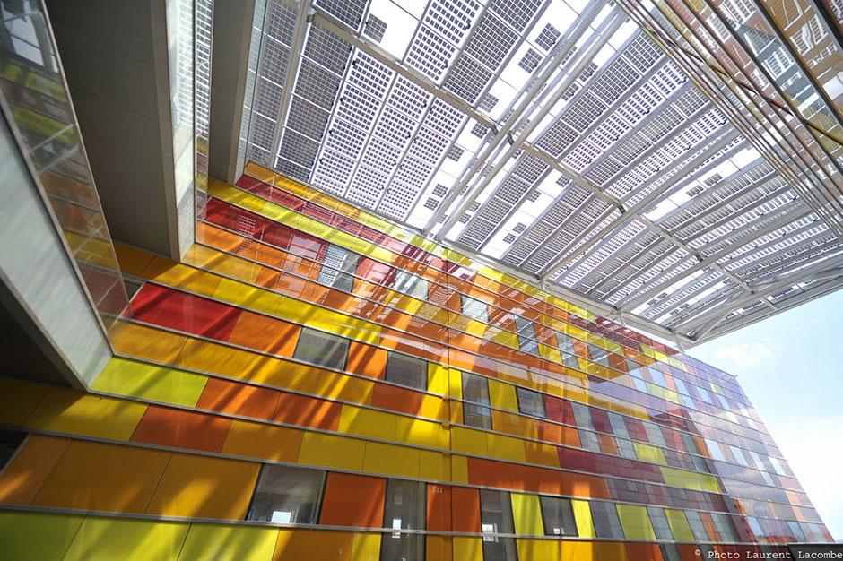 Sistema Fotovoltaico colorida fachada de prédio - BIPV