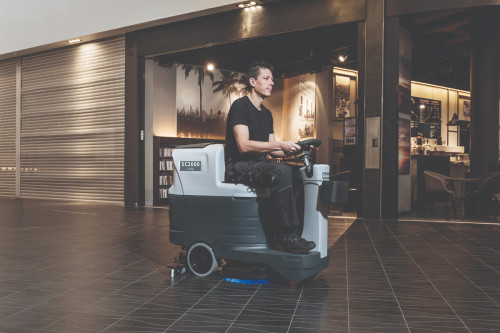 SC2000 cleaning in a mall