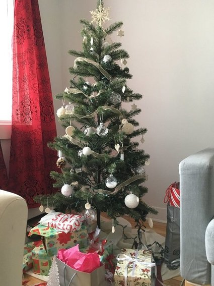 holiday-decorating-budget-christmas-tree