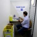 Un volontaire prépare des doses du vaccin Pfizer/BioNTech contre le Covid-19 au Parc des expositions à Marseille, le 19 avril 2021