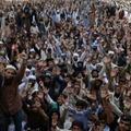 Des membres du parti extrémiste Tehreek-e-Labbaik (TLP) manifestent à Lahore, le 19 avril 2021, contre la détention de leur dirigeant qui a appelé à l'expulsion de l'ambassadeur de France