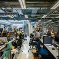 Des employés du journal Apple Daily travaillent à leurs bureaux après une descente de la police, le 17 juin 2021 à Hong Kong