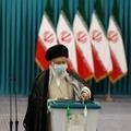 Le guide suprême Ali Khamenei vote à l'élection présidentielle, à Téhéran le 18 juin 2021