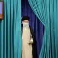 Le guide suprême d'Iran Ali Khamenei arrive au bureau de vote à Téhéran pour la présidentielle, le 18 juin 2021
