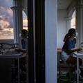Photo prise le 1er juin 2021 montrant Tanya Mariano assise sur le balcon de son appartement à San Juan, au nord de Manille
