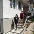 Une membre des équipes de recensement, à gauche, quitte une maison de Ilinden, près de Skopje, capitale de la Mécédoine, le 20 septembre 2021