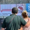 Un couple devant des affiches pro et anti-avortement à Saint Marin, le 10 septembre 2021