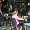 Des Cubains à la terrasse d'un restaurant, le jour de leur réouverture, le 24 septembre 2021 à La Havane