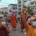 Des moines bouddhistes pro-démocratie manifestent le 25 septembre 2021 à Mandalay en Birmanie, contre le coup d'État militaire
