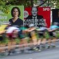 Des skaters passent devant des panneaux électoraux des trois principaux candidats à la succession de la chancelière allemande Angela Merkel, le 25 septembre 2021 à Berlin