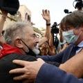 L'ex-président de Catalogne Carles Puigdemont (d) prend un bain de foule à Alghero, le 25 septembre 2021 en Sardaigne