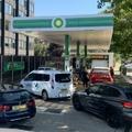 Des automobilistes font la queue pour faire le plein de carburant, dans une station-service de Londres le 24 septembre 2021