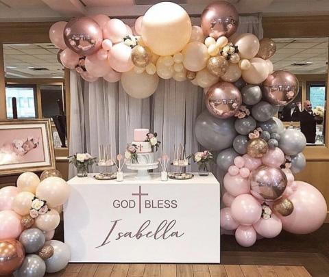 bautizo con decoración de globos metalicos