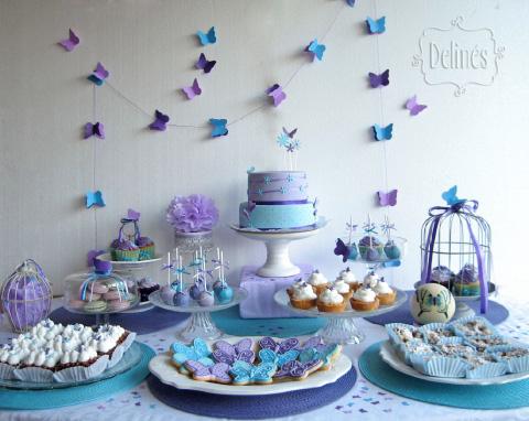 mesa de dulces con decoraciones de mariposa
