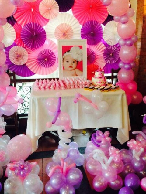 bautizo de nena decorada con globos rosas