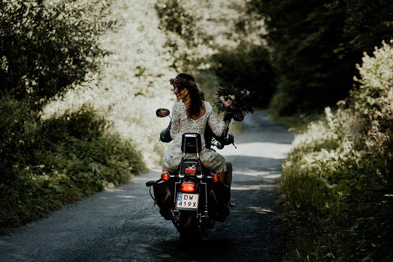 novios_de_boda_en_motocicleta_mejores_fotografias