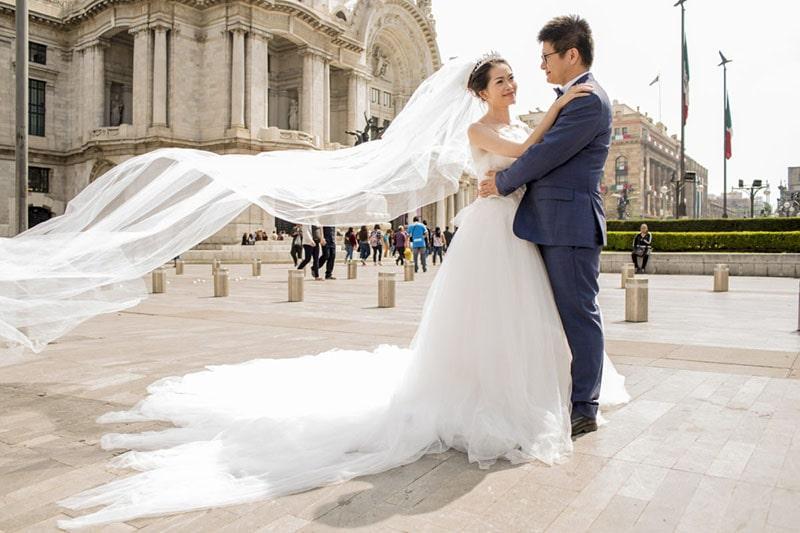 Pareja de novios en el Palacio de Bellas Artes