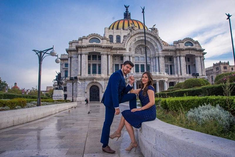 fotografia novios vestidos de azul rey en el Palacio de Bellas artes