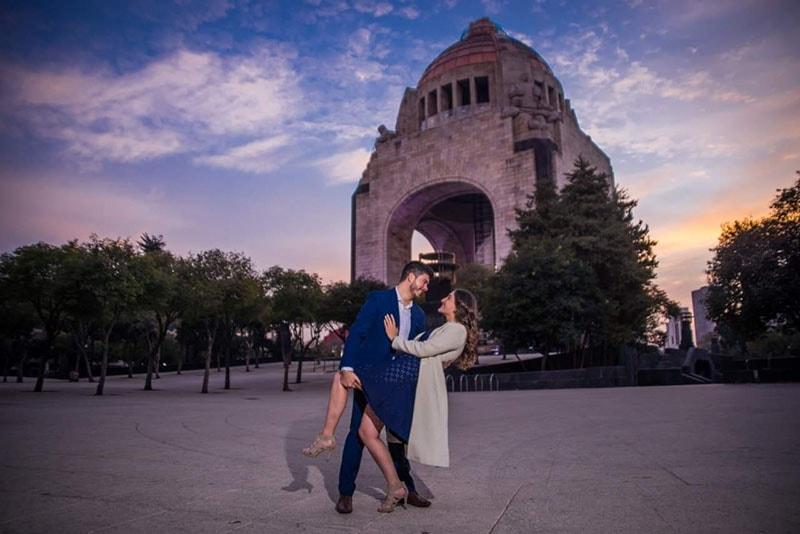 Foto de pareja en Monumento a la Revolución