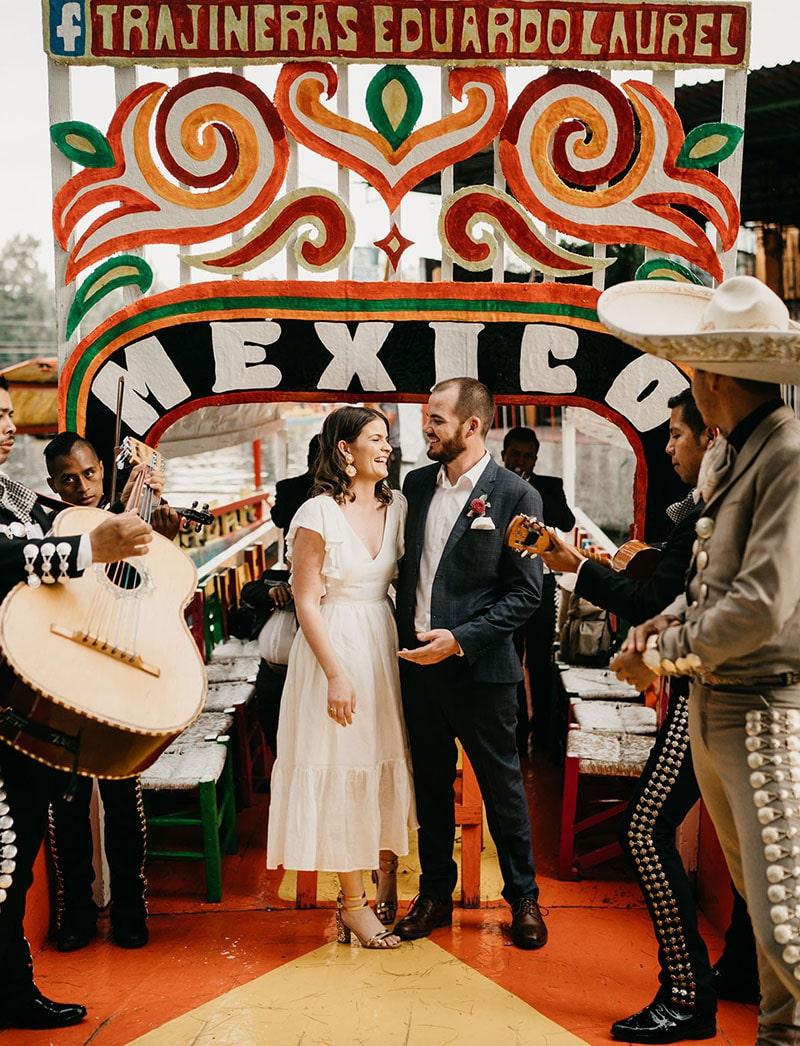 Novios en trajinera de Xochimilco