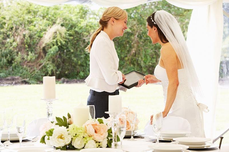novia_con_wedding_planner_emocion_nervios_prisa_estres_boda
