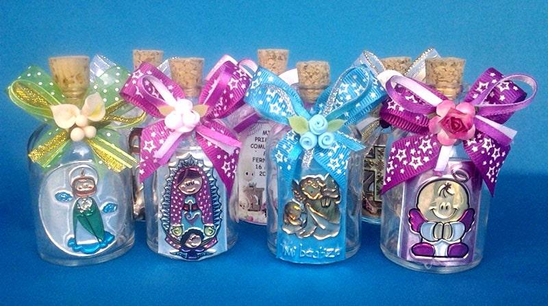 botellas con repujado en metal para agua bendita o esencias aromáticas para recuerdo de bautizo