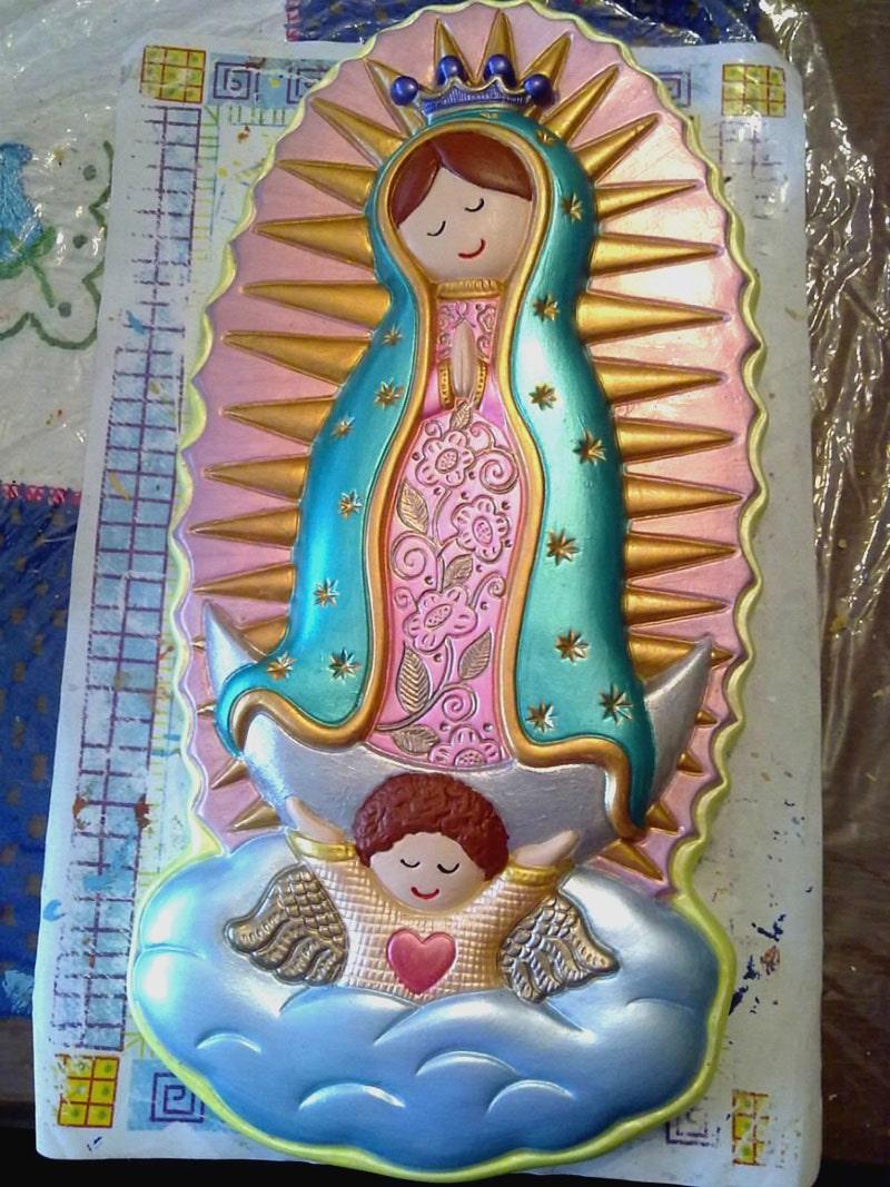 Figura pintada a mano de la Virgen de Guadalupe para recuerdo de bautizo