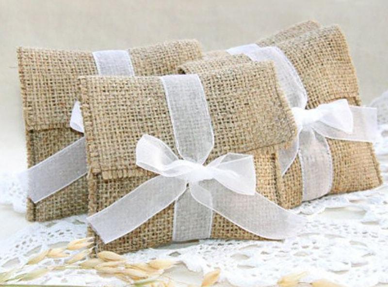 bolsa de mano de yute con listón blanco para recuerdo de bautizo
