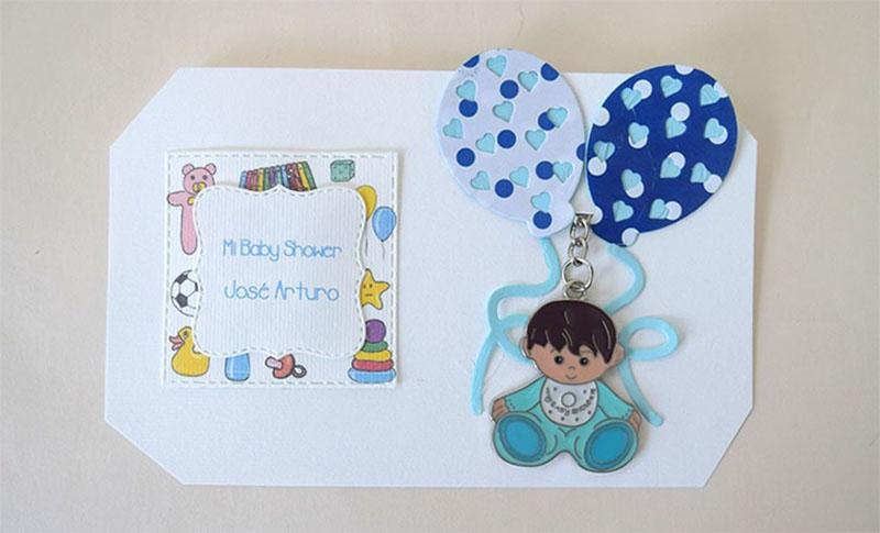 llavero en forma de bebé con mameluco azul personalizado para recuerdo de bautizo de niño