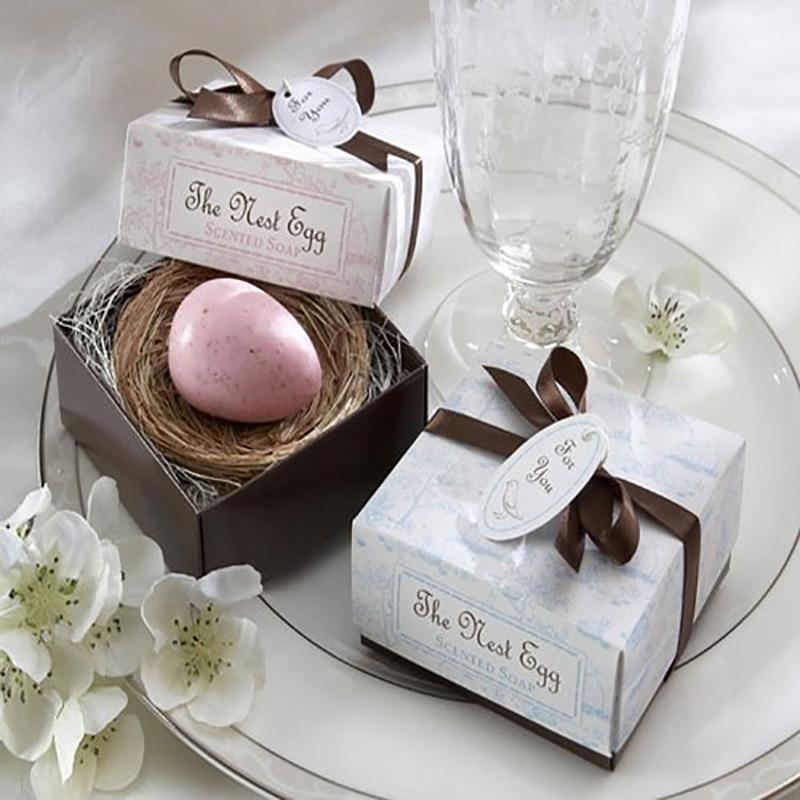 Jabón en forma de huevo en nido para recuerdo de bautizo