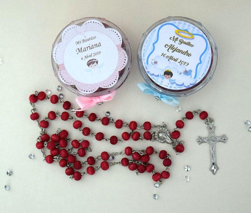 rosario de madera con olor a rosas en caja de plástico para bautizo