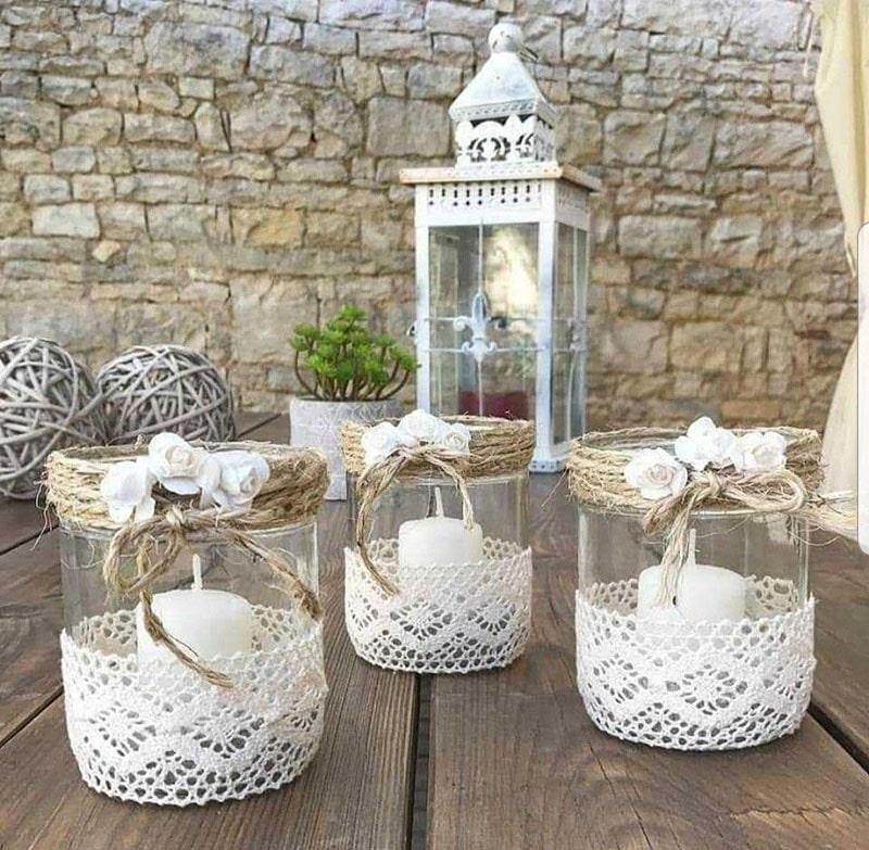 vela en frasco de cristal decorada con flores y bordados hechos a mano para recuerdo de bautizo