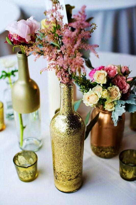 botellas_de_vino_arreglos_para_mesa_dorados_brillos_reciclaje_dorado_oro_rosa