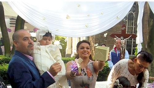 Liberación de mariposas en bautizo
