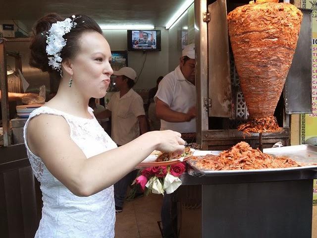 novia_comiendo_tacos_dia_de_su_boda_nervios_estres_prisa