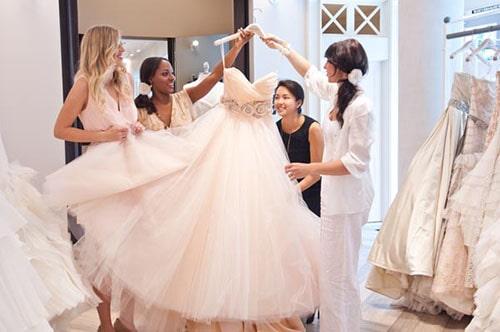 /novia_escogiendo_el_vestido_de_boda_recomendaciones_tips_dama_de_hono