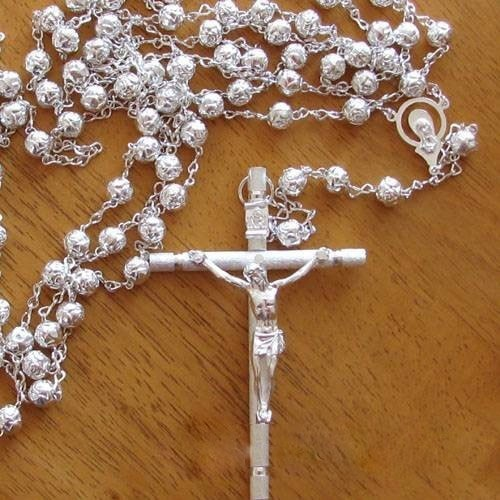 Hermoso lazo de boda metálico en color plata, las cuentas tiene forma de rosas, vea las fotos de acercamiento del lazo.