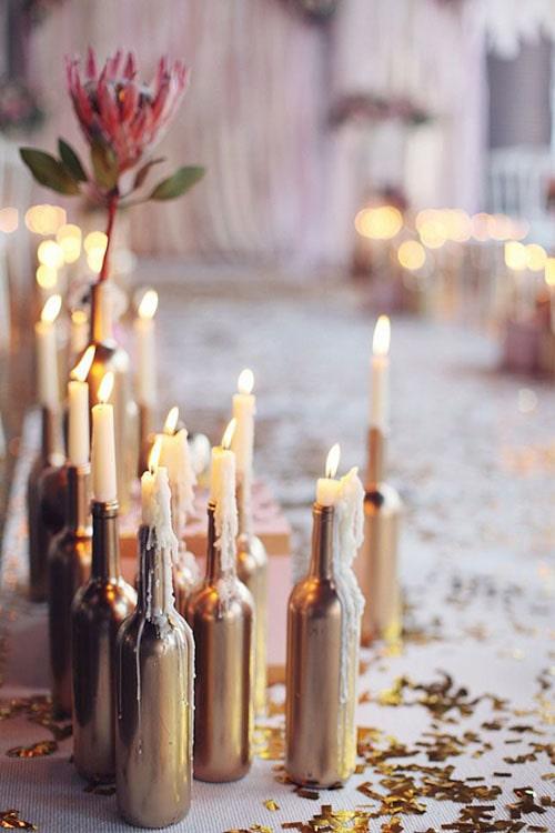 centros_de_mesa_baratos_bonitos_economicos_botellas_pintadas_dorado_velas_romanticos