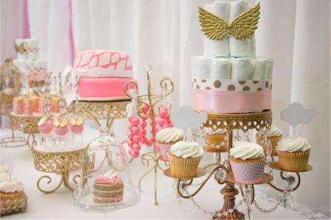 mesa de dulces con decoraciones de angelito