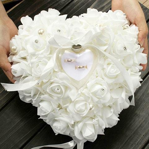Accesorio para boda en forma de corazón para llevar anillos de compromiso.
