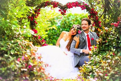 Decoración floral para boda en forma de corazón.