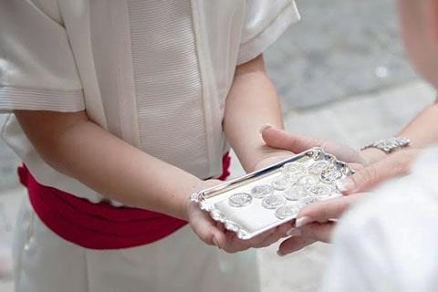 Juego de arras y estuche para boda, bendición del padre sobre las arras en la boda católica.