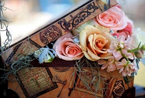 Estuche para arras de boda con decorado de rosas perfecto para acompañar tus centros de mesa florales