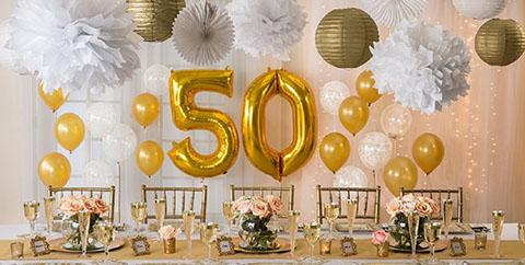 Recuerdo para aniversario de bodas de oro, destapador color dorado con el numero 50