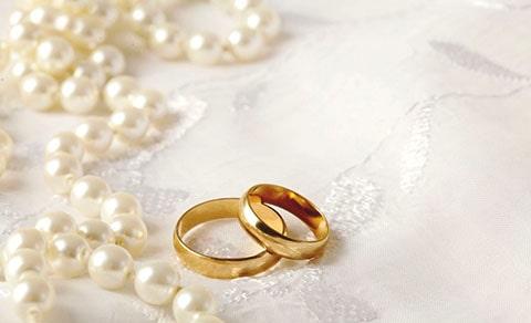 Perlas junto con anillos de boda, las perlas como accesorios de boda.