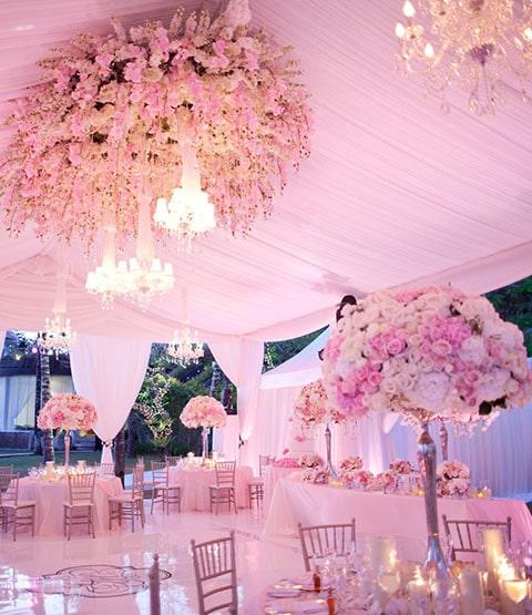 Decoración para salón de bodas con rosas.