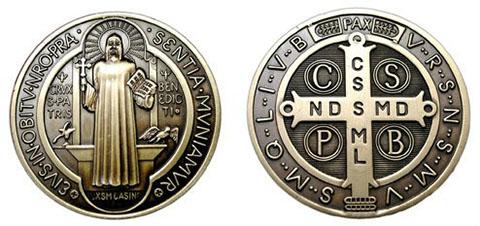 medalla de san benito , se observan los detalles de cada lado de sus caras