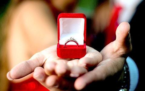 Practico llavero en forma de anillo de compromiso, excelente como obsequio en tu boda