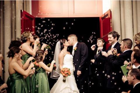 novios besandose baja burbujas